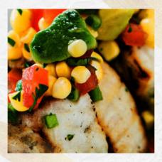 Рыба-меч с кукурузой и авокадо